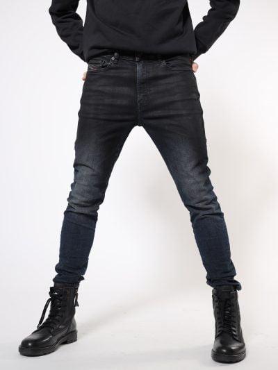 מכנסי ג'ינס בגזרת סקיני לכל האורך, בצבע כחול כהה, בסגירת רוכסן. שטיפת המכנס, כוללת אפקטים וניואנסים בברכיים, בכיסים ובתפרים. המכנס מיוצר מבד ג'ינס נמתח לנוחות רבה. על החגורה מאחור, פאץ' עור עליו מוטבע לוגו המותג להשלמת המראה.