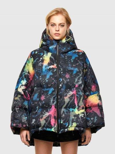 מעיל ניילון עם קפוצ'ון ושרוכים מתכווננים, צבעוני, בגזרה רחבה ובסגירת רוכסן. המעיל עשוי מבד עמיד ודוחה מים. למעיל, שני כיסים בצידי המותן וצווארון מוגבה. המעיל כולל וסט זהה עם קפוצ'ון ובסגירת רוכסן.