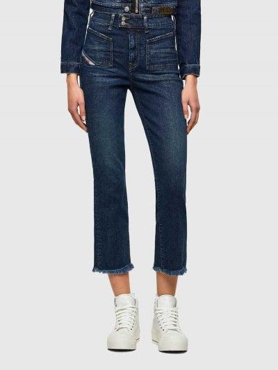 מכנס ג'ינס בגזרת מותן גבוהה, מתרחב (צמוד על הירך, מתרחב מהברך מטה), בצבע כחול כהה, בסגירת רוכסן וחגורת מותן עם שתי כפתורים. למכנס, כיסים מרובעים קדמיים והסיומת קצרה מהרגיל. על החגורה מאחור, פאץ' עור עליו מוטבע לוגו המותג להשלמת המראה.